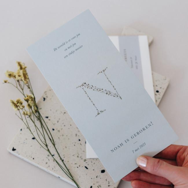 Geboortekaartje Initiaal met bloemetjes