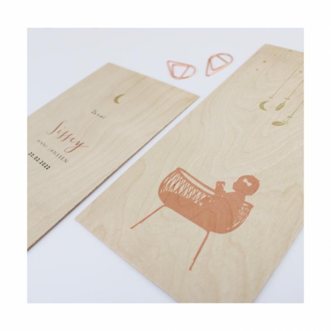 Geboortekaartje Wiegje met meisje op hout